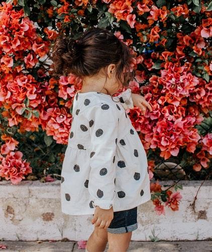 Como vender roupas usadas de criancas na internet Photo by Vanessa Serpas on Unsplash